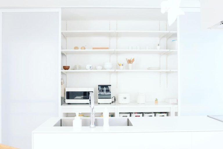 窓の家のしかくいキッチン