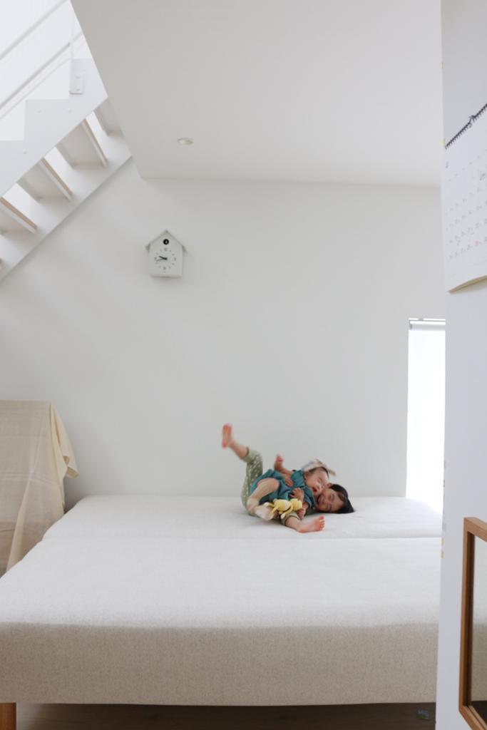 1階にベッドをふたつ置いた/窓の家と生活